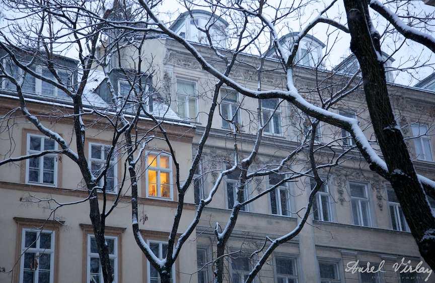 Fotografia unei ferestre luminate intr-o dimineata de iarna cu ninsoare in Viena.