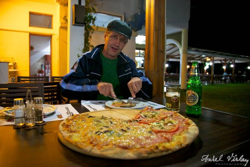 Fotograful Aurel Virlan face fotografii, dar mai si mananca uneori! Pizza cu bere Mythos .