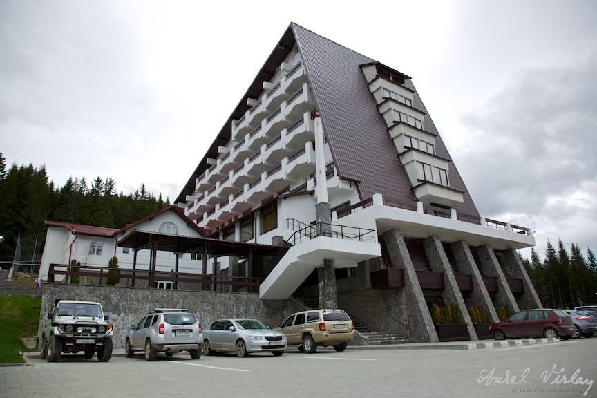 Hotelul Pestera din Muntii Bucegi. Fotografie din parcarea hotelului.