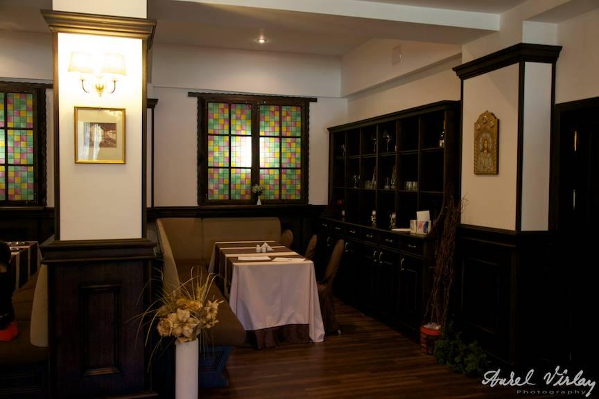 Fotografie interior restaurant renovat cu gust al hotelului.