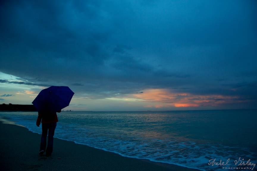 O femeie singura in cu umbrela albastra in Vama Veche. Fotomodel Cristina