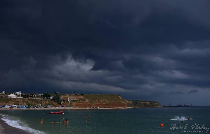 Cerul cu nori de furtuna. Fotoreportaj pe plaja din Vama Veche.