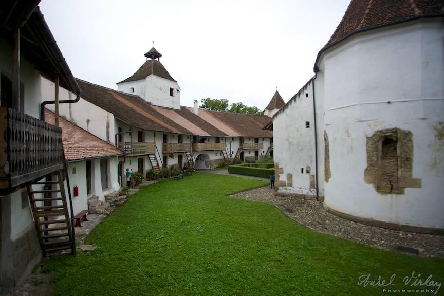 Curtea interioara a Bisericii cu chiliile pe doua niveluri.
