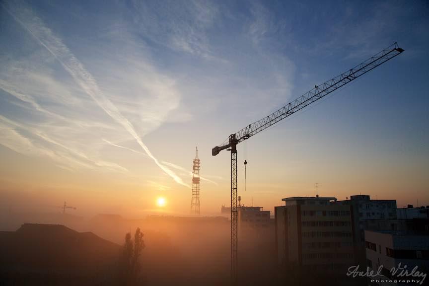 Rasarit de Soare printre diagonalele unei fotografii.