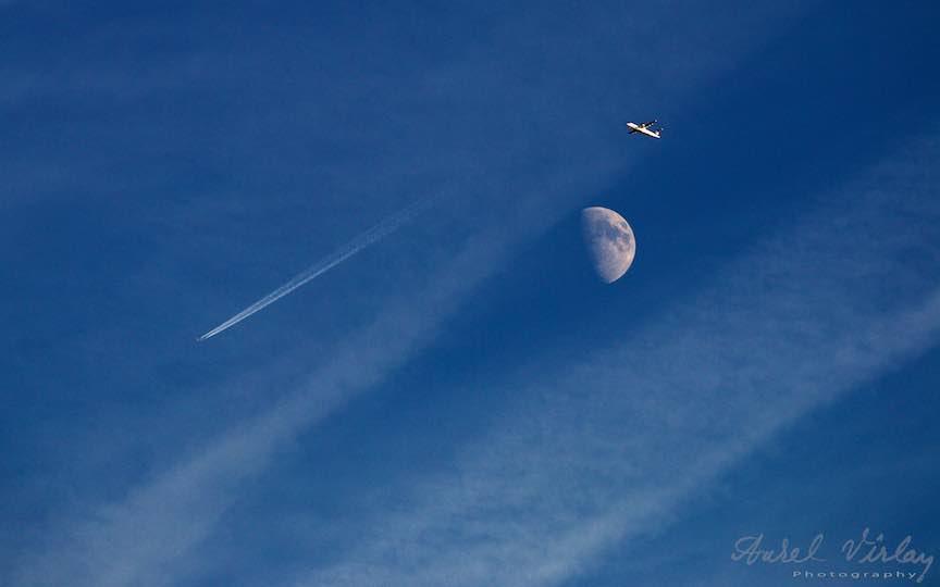 Captivanta luna ma indeamna la variante fotografice cu avioanele ce se plimba pe cer.