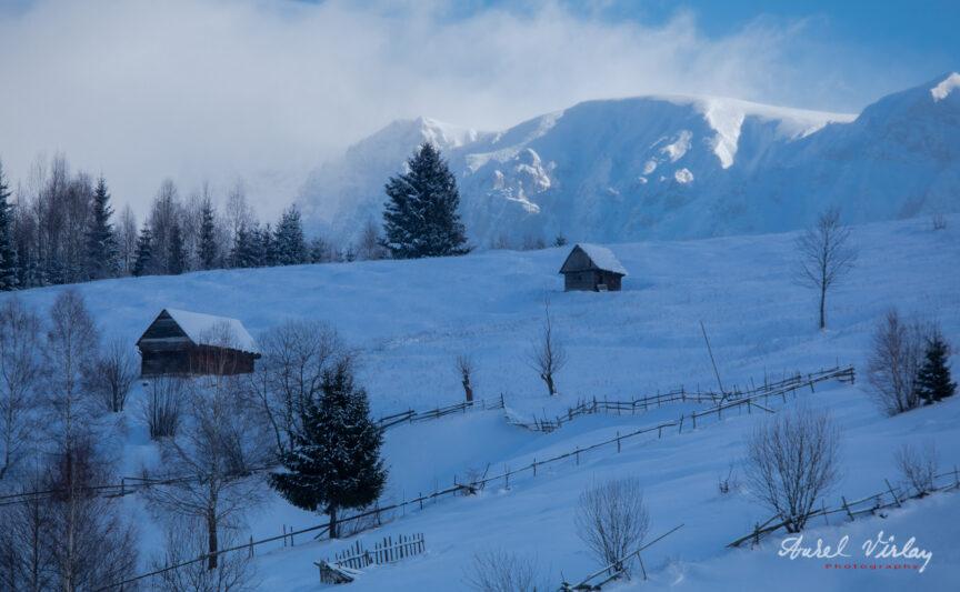 Munții Bucegi înzăpeziți văzuți dinspre Moeciu de Sus.