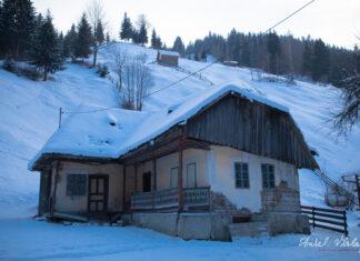 Casa traditionala din Moieciu de Sus intr-o zi de iarna ca în povesti.